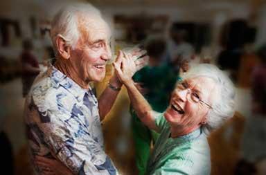 casal-da-um-show-comico-em-baile