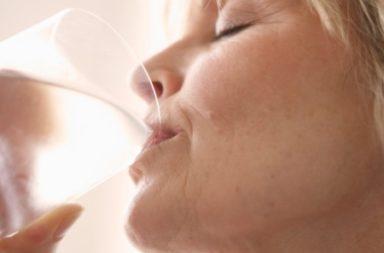 Idosa bebendo água, Mar17