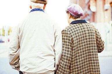 Casal de idosos andando mãos dadas, Set17
