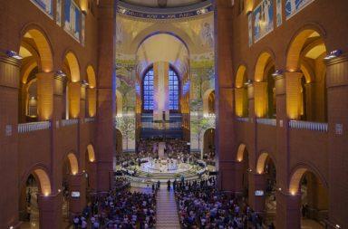 Aparecida, SP. 03/10/2017. Fieis participam de novena no Santuário Nacional de Nossa Senhora Aparecida. ( Foto: Lalo de Almeida ) PODER ***EXCLUSIVO FOLHA***