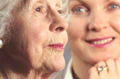 Senhora idosa e uma jovem, Mar15