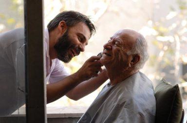 Filho fazendo a barba do pai idoso, Jan18