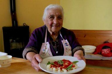 Giuseppa Porcu, uma das apresentadoras do canal 'Pasta Grannies'