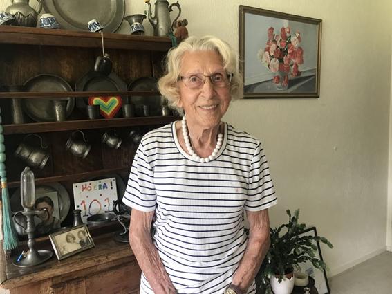 Susan Hosang-Van Riemsdijk, de 102 anos, em sua casa de Hilversum, no centro da Holanda